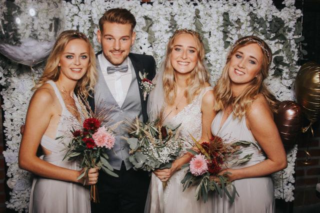 Aufnahme eines Hochzeitspaares mit zwei Brautjunfern. Foto mit Fotobox geschossen