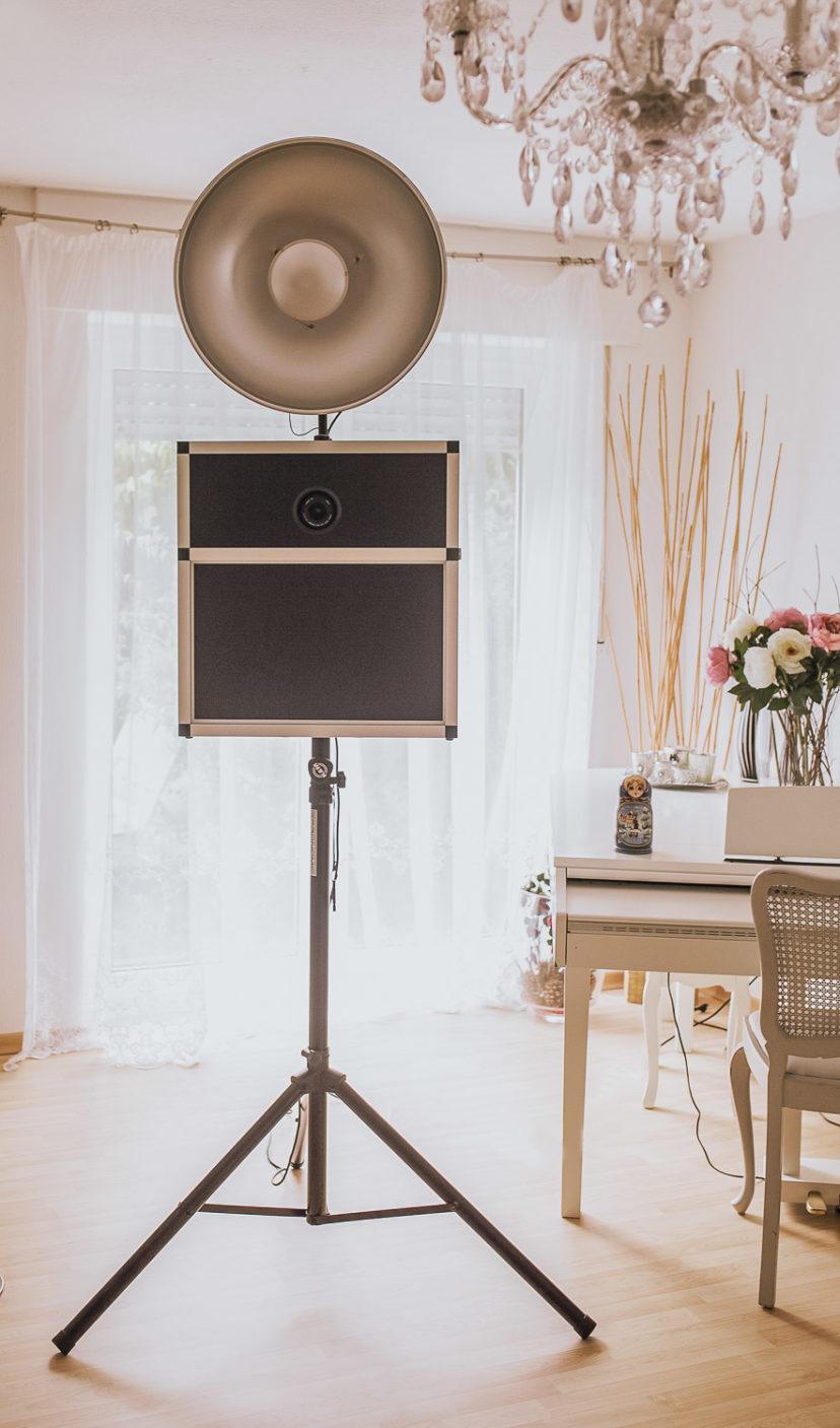 Fotobox steht in einem hellen Raum