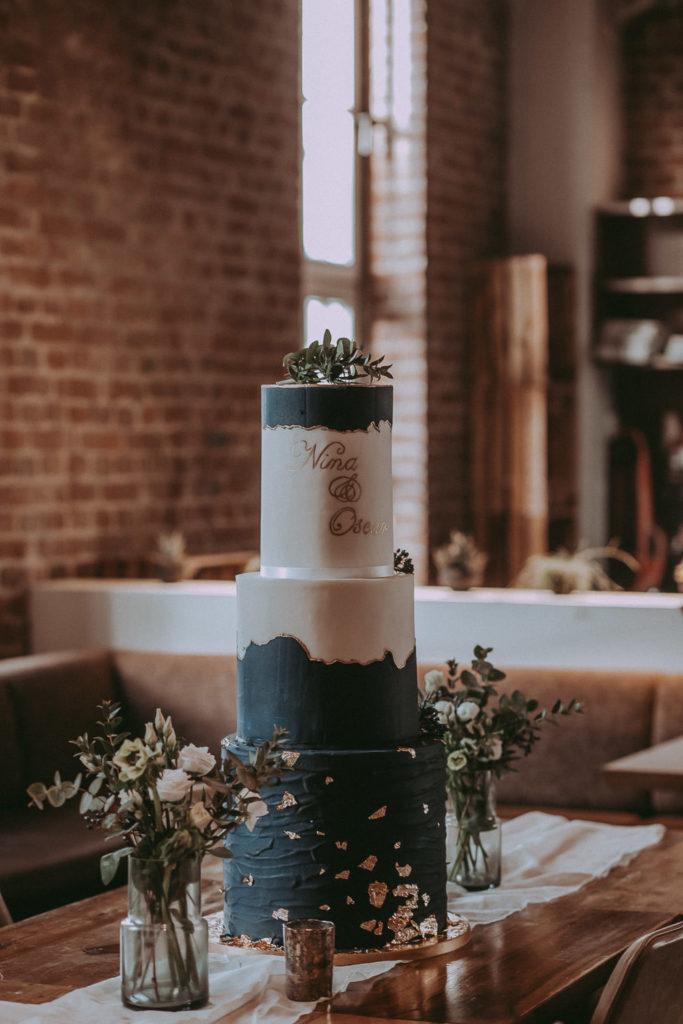 hochzeitsfoto einer dreistöckigen hochzeitstorte auf einem tisch