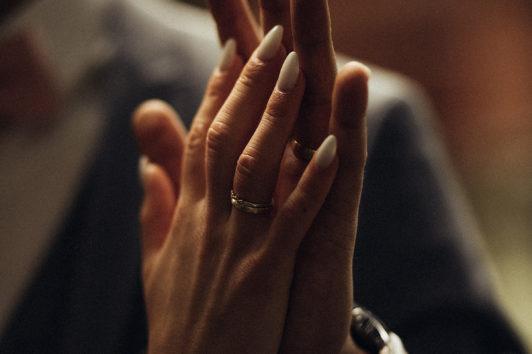 Paarfotografie. Nahaufnahme von weiblicher und männlicher Hand, die sich berühren