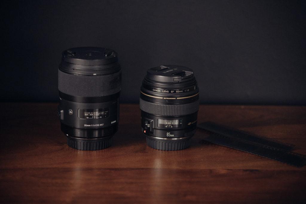 zwei Kamera-Objektive auf einem Holztisch